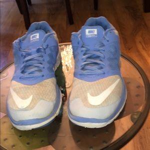 Ladies Nike Tennis Shoe (Mesh). ..Size 9💙